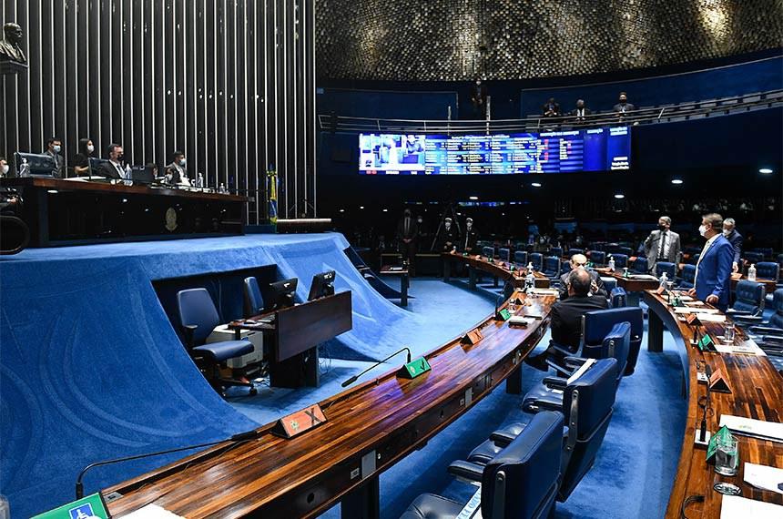 Plenário do Senado Federal durante sessão deliberativa ordinária semipresencial.   Na ordem do dia, o PL 2.505/2021 que revisa a Lei de Improbidade Administrativa e o PLS 261/2018 que trata do Novo Marco Legal das Ferrovias. Os senadores analisam, ainda, o PL 2.015/2021 que institui o Sistema Financeiro da Habitação (SFH) e inclui sistema de geração fotovoltaica ao imóvel financiado, e o PL 676/2021 que prevê alterações no Código de Processo Penal para disciplinar o reconhecimento fotográfico de pessoas.   À mesa, presidente do Senado Federal, senador Rodrigo Pacheco (DEM-MG), conduz sessão.   Bancada:  senador Alessandro Vieira (Cidadania-SE);  senador Eduardo Girão (Podemos-CE);  senador Nelsinho Trad (PSD-MS);  senador Marcelo Castro (MDB-PI);  senador Fernando Bezerra Coelho (MDB-PE).   Foto: Jefferson Rudy/Agência Senado