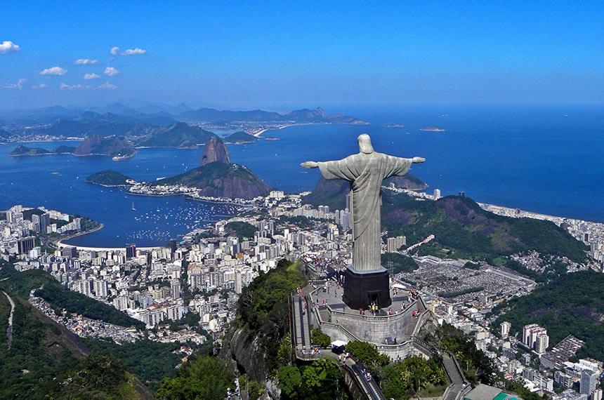 Cristo Redentor na Baía de Guanabara no Rio de Janeiro.