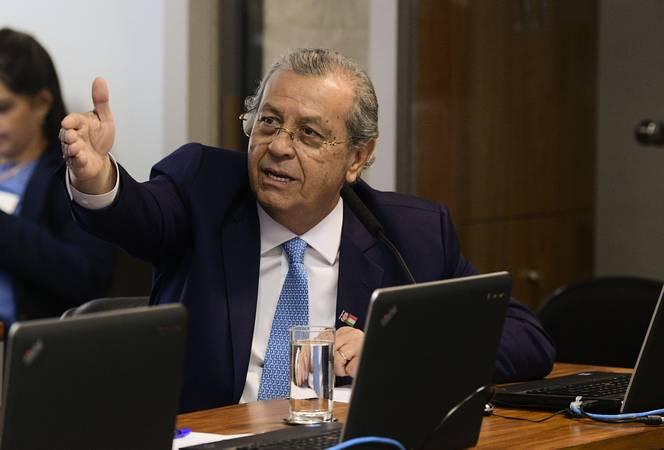 """Comissão de Meio Ambiente (CMA) realiza audiência pública interativa para taratr sobre o tema """"Lucros verdes: como empresas brasileiras se tornaram prósperas e competitivas preservando o meio ambiente"""" como parte das ações do Junho Verde.\r\rEm pronunciamento, à bancada, senador Jayme Campos (DEM-MT).\r\rFoto: Pedro França/Agência Senado"""