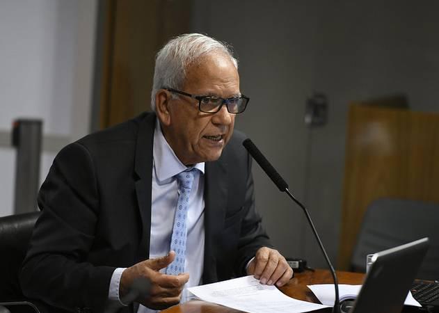 Comissão de Assuntos Econômicos (CAE) realiza reunião deliberativa com 09 itens. Entre eles o PLS 39/2017, que agiliza licenciamento de produtos e serviços da Embrapa. \r\rÀ bancada, senador Oriovisto Guimarães (Podemos-PR).\r\rFoto: Edilson Rodrigues/Agência Senado