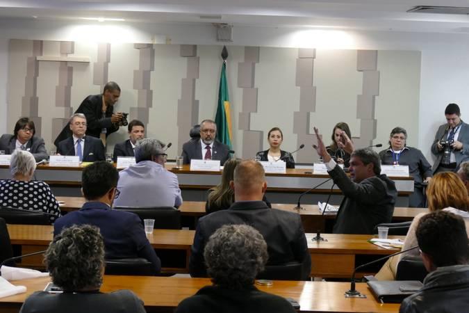 Comissão de Direitos Humanos e Legislação Participativa (CDH) realiza audiência pública interativa sobre aposentadoria especial para os enfermeiros, técnicos e auxiliares de enfermagem.   Mesa:  secretário geral da Intersindical da Classe Trabalhadora, Edson Carneiro Índio;  procurador do Trabalho da 4ª região e coordenador nacional da Coordenadoria Nacional de Combate às Fraudes nas Relações de Trabalho (Conafret), Paulo Joarês Vieira;  presidente da Federação Brasileira dos Profissionais de Enfermagem (Febrapen), Jorge Viana de Sousa;  vice-presidente da CDH, senador Paulo Paim (PT-RS);  presidente em exercício da Federação Nacional dos Enfermeiros (FNE), Shirley Marshal Diaz Morales;  procuradora do Trabalho do Ministério Público do Trabalho, Renata Coelho;  secretária de relações institucionais da Confederação Nacional das Profissões Liberais (CNPL), Elaine Aparecida Leoni   Foto: Roque de Sá/Agência Senado