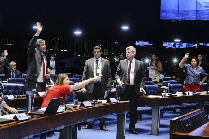 Plenário do Senado Federal durante sessão deliberativa ordinária.   Participam: senador Lindbergh Farias (PT-RJ);  senador Romero Jucá (PMDB-RR);  senadora Fátima Bezerra (PT-RN);  senadora Lídice da Mata (PSB-BA);  senadora Vanessa Grazziotin (PCdoB-AM)  Foto: Waldemir Barreto/Agência Senado