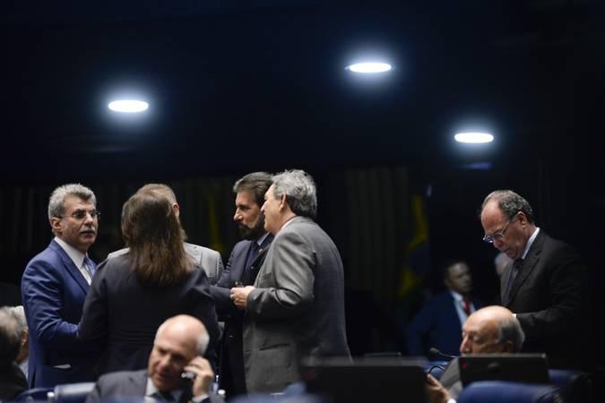Plenário do Senado Federal durante sessão deliberativa ordinária. Ordem do dia.  Participam: senador Fernando Bezerra Coelho (PMDB-PE);  senador Pedro Chaves (PSC-MS);  senador Romero Jucá (PMDB-RR);  senador Sérgio de Castro (PDT-ES);  senador Valdir Raupp (PMDB-RO);  senadora Simone Tebet (PMDB-MS).  Foto: Jefferson Rudy/Agência Senado