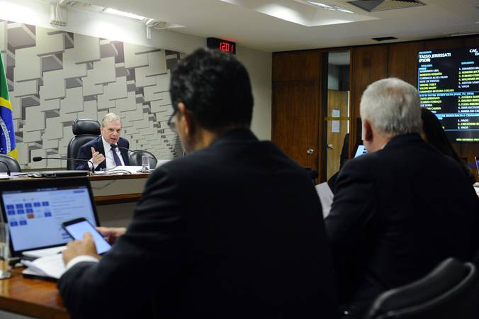 Comissão de Assuntos Econômicos (CAE) realiza reunião com 14 itens na pauta. Entre eles, o PLC 122/2015, que impede sublocação de imóvel pelo franqueador.  Em pronunciamento, presidente da CAE, senador Tasso Jereissati (PSDB-CE).  Foto: Marcos Oliveira/Agência Senado