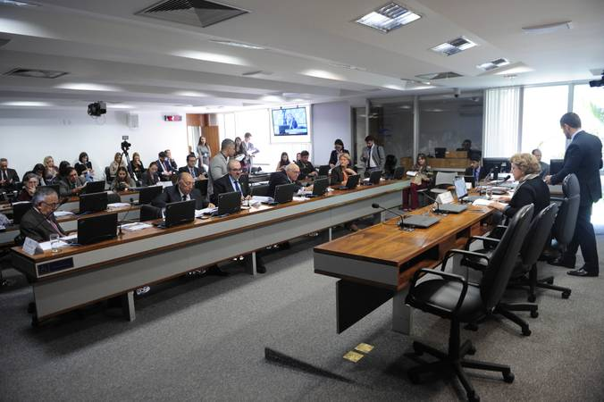Comissão de Educação, Cultura e Esporte (CE) realiza reunião com 16 itens. Na pauta, o PLC 17/2018, que torna obrigatória a capacitação em primeiros socorros para professores.   Em pronunciamento, presidente da CE, senadora Lúcia Vânia (PSB-GO) à mesa.    Bancada: senador João Capiberibe (PSB-AP); senador Lasier Martins (PSD-RS);  senador Pedro Chaves (PRB-MS); senador Roberto Muniz (PP-BA);  senadora Ana Amélia (PP-RS).  Foto: Pedro França/Agência Senado