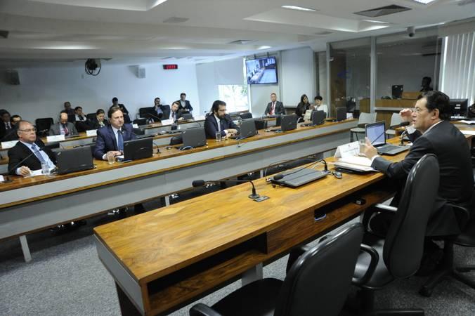 Comissão de Serviços de Infraestrutura (CI) realiza reunião com 15 itens na pauta. Entre eles, o PLS 11/2013, que dispõe sobre a aplicação dos recursos originários da Contribuição de Intervenção no Domínio Econômico (Cide).  À mesa, presidente da CI, senador Eduardo Braga (MDB-AM) conduz reunião.  Bancada: senador Fernando Bezerra Coelho (MDB-PE);  senador Acir Gurgacz (PDT-RO);  senador Valdir Raupp (MDB-RO).  Foto: Geraldo Magela/Agência Senado
