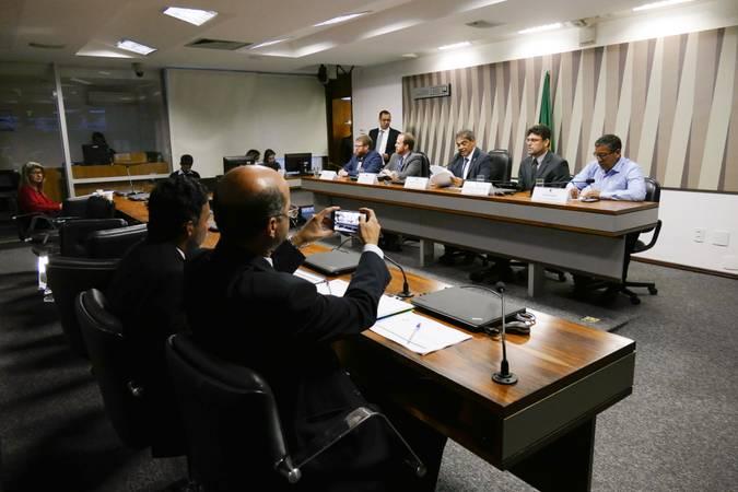 Comissão Senado do Futuro (CSF) realiza audiência interativa para tratar sobre gestão e aplicação dos recursos do Fundo Constitucional do Distrito Federal (FCDF).  Mesa: presidente do Sindicato dos Policiais Civis do Distrito Federal, Rodrigo Fernandes Franco; subsecretário do Tesouro da Secretaria de Fazenda do DF, Fabrício de Oliveira Barros; presidente da CSF, senador Hélio José (Pros-DF); subsecretário de Planejamento, Orçamento e Administração do Ministério da Fazenda (SPOA/SE/MF), Nerylson Lima da Silva; suplente da deputada Liliane Roriz (PTB) e ex-policial militar, Guarda Jânio.  Foto: Roque de Sá/Agência Senado