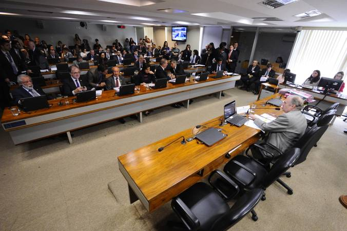 Comissão de Assuntos Econômicos (CAE) realiza reunião com 18 itens. Na pauta, o PLS 330/2013, que estabelece regras de proteção de dados pessoais.   À mesa, presidente da CAE, senador Tasso Jereissati (PSDB-CE).  Foto: Edilson Rodrigues/Agência Senado