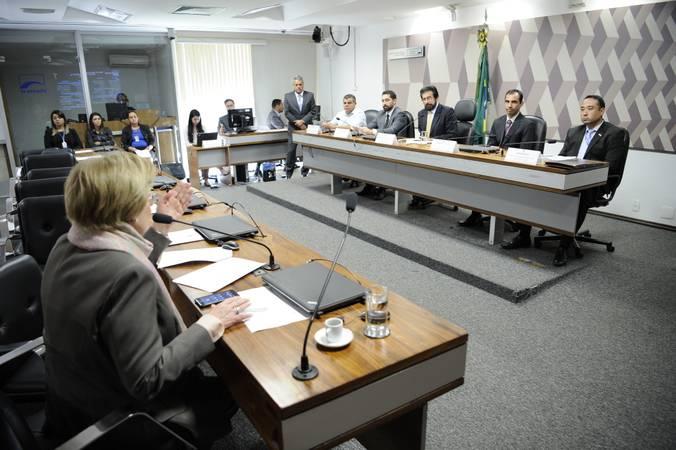 Comissão de Agricultura e Reforma Agrária (CRA) realiza audiência pública para avaliar o Programa Garantia-Safra (GS).  À mesa:  assessor de Política Agrícola da Confederação Nacional dos Trabalhadores Rurais Agricultores e Agricultoras Familiares (Contag), Arnaldo José de Brito; diretor da Secex-Ambiental do Tribunal de Contas da União (TCU), Hugo Chudyson; vice-presidente da CRA, senador Valdir Raupp (MDB-RO); coordenador-Geral Substituto do Garantia-Safra da Secretaria Especial de Agricultura Familiar e do Desenvolvimento Agrário (Sead), Roberto  Prado; técnico da Confederação Nacional de Municípios (Cnm), Osni Rocha.  À bancada, em pronunciamento, senadora Ana Amélia (PP-RS).  Foto: Pedro França/Agência Senado
