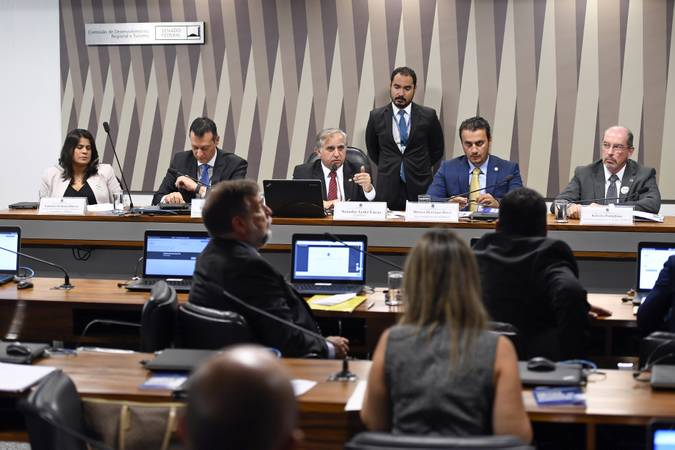 Comissão de Desenvolvimento Regional e Turismo (CDR) realiza audiência pública interativa para apresentar as ações da Superintendência do Desenvolvimento do Centro-Oeste (Sudeco) para os próximos dois anos.   Mesa (E/D):  coordenadora-geral de Fundos e Promoção de Investimentos da Sudeco, Luciana de Sousa Barros;  diretor de Governo do Banco do Brasil (BB), Ênio Mathias Ferreira;  presidente da CDR, senador Izalci (PSDB-DF);  superintendente da Sudeco, Marcos Henrique Derzi Wasilewski;  diretor de Planejamento e Avaliação da Sudeco, Roberto Postiglione de Assis Ferreira Júnior.   Foto: Edilson Rodrigues/Agência Senado