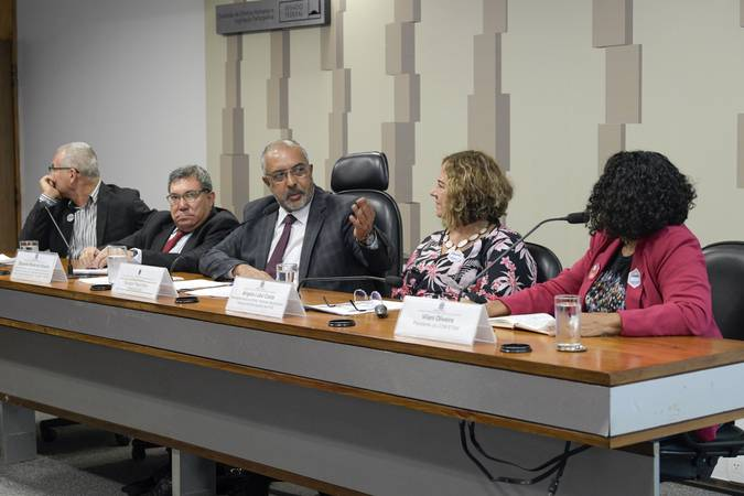 """Comissão de Direitos Humanos e Legislação Participativa (CDH) realiza audiência pública interativa para tratar sobre """"Previdência e Trabalho"""", com foco na educação.   Mesa (E/D):  presidente da Confederação Nacional dos Trabalhadores em Educação (CNTE), Heleno Manoel Gomes Araújo Filho;  diretor de assuntos jurídicos da Federação de Sindicatos de Professores e Professoras de Instituições Federais de Ensino Superior e de Ensino Básico Técnico e Tecnológico (Proifes), Eduardo Rolim de Oliveira;  presidente da CDH, senador Paulo Paim (PT-RS);  secretária-geral do Sindicato Nacional dos Técnicos de Nível Superior das Instituições Federais de Ensino Superior (Atens), Ângela Lobo Costa;  presidente da Confederação dos Trabalhadores no Serviço Público Municipal (Confetam), Vilani Oliveira.   Foto: Roque de Sá/Agência Senado"""