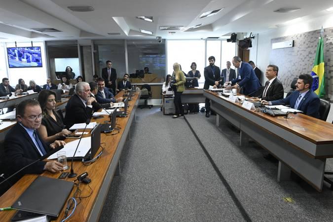 Comissão de Relações Exteriores e Defesa Nacional (CRE) realiza reunião com 8 itens. Entre eles, o PDL 57/2019, que trata de acordo previdenciário entre Brasil e Suíça.  Mesa: presidente da CRE, senador Nelsinho Trad (PSD-MS);  vice-presidente da CRE, senador Marcos do Val (Cidadania-ES).  Bancada: senador Zequinha Marinho (PSC-PA);  senador Flávio Bolsonaro (PSL-RJ); senador Jaques Wagner (PT-BA);  senador Mecias de Jesus (PRB-RR);  senadora Soraya Thronicke (PSL-MS).  Foto: Edilson Rodrigues/Agência Senado