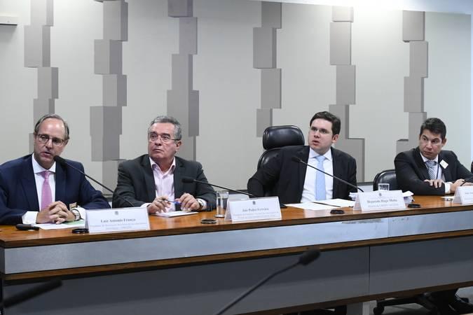 Comissão Mista da Medida Provisória n° 889 de 2019, que institui a modalidade de saque-aniversário do Fundo de Garantia do Tempo de Serviço (FGTS), realiza audiência pública interativa para debater a MP.   Mesa:  presidente da Associação Brasileira de Incorporadoras Imobiliárias (Abrainc), Luiz Antonio França;  presidente da Federação Nacional das Associações do Pessoal da Caixa Econômica Federal (Fenae), Jair Pedro Ferreira;  relator da CMMPV 889/2019, deputado Hugo Motta (Republicanos-PB);  chefe do Departamento de Regulação do Sistema Financeiro do Banco Central (BC), João André Calvino Marques Pereira.  Foto: Geraldo Magela/Agência Senado