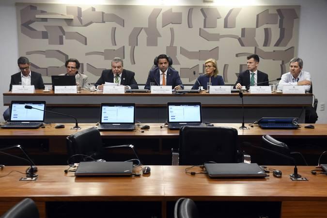 Comissão Mista Permanente sobre Mudanças Climáticas (CMMC) realiza audiência pública interativa preparatória para a Conferência das Nações Unidas sobre as Mudanças Climáticas (COP-25): propostas brasileiras para a regulamentação do Acordo de Paris e o papel do Parlamento. \r\rMesa: \rcoordenador de Comunicação do Observatório do Clima, Cláudio Ângelo; \rchefe da Divisão de Meio Ambiente II do Ministério das Relações Exteriores, Marco Tulio Scarpelli Cabral; \rex-ministro do Meio Ambiente e secretário de Estado do Meio Ambiente do Distrito Federal, Sarney Filho; \rrelator da CMMC, deputado Edilázio Júnior (PSD-MA); \rencarregada de negócios da Embaixada da Polônia no Brasil, Marta Olkowska; \rsegundo secretário da Embaixada do Chile no Brasil, Diego Araya; \rcoordenador-geral de mudanças climáticas do Ministério da Agricultura, Pecuária e Abastecimento (Mapa), Elvison Nunes.\r\rFoto: Jefferson Rudy/Agência Senado