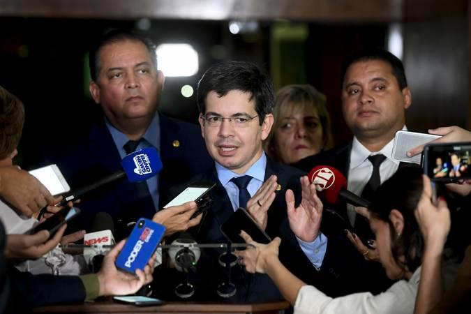 Senador Randolfe Rodrigues (Rede-AP) concede entrevista.  Participa: senador Eduardo Gomes (MDB-TO); senador Weverton (PDT-MA).  Foto: Marcos Oliveira/Agência Senado