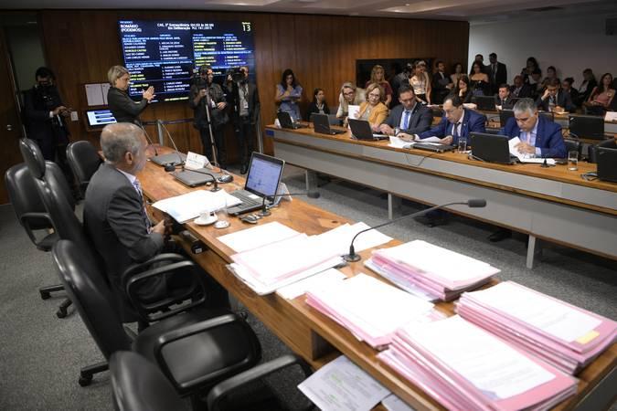 Comissão de Assuntos Sociais (CAS) realiza reunião com 32 itens. Entre eles, o PL 1.224/2019, que estabelece prioridade às pessoas em idade escolar no acesso a órteses e próteses.  À mesa, presidente da CAS, senador Romário (Podemos-RJ).  Bancada: senadora Zenaide Maia (Pros-RN);  senador Styvenson Valentim (Podemos-RN); senador Jorge Kajuru (Cidadania-GO) - em pronunciamento; senador Eduardo Girão (Podemos-CE).  Foto: Pedro França/Agência Senado