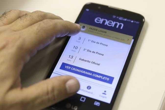 Imagem de celular com o aplicativo do Enem aberto.