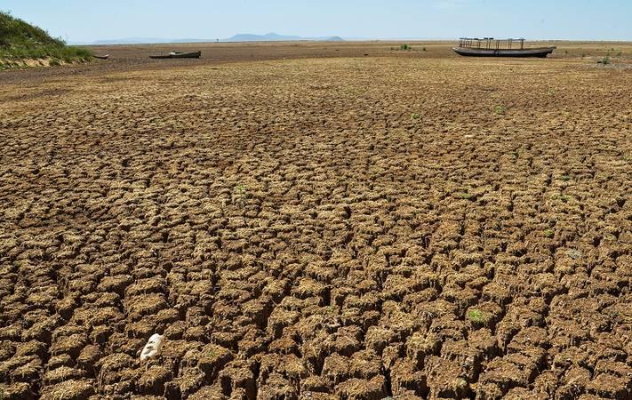Imagem de nascente do São Francisco sem água, com a terra rachada.