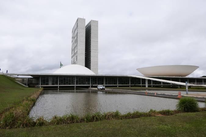 Fachada do Congresso Nacional, a sede das duas Casas do Poder Legislativo brasileiro durante pandemia do novo coronavírus.  As cúpulas abrigam os plenários da Câmara dos Deputados (côncava) e do Senado Federal (convexa), enquanto que nas duas torres - as mais altas de Brasília, com 100 metros - funcionam as áreas administrativas e técnicas que dão suporte ao trabalho legislativo diário das duas instituições.  Foto: Roque de Sá/Agência Senado