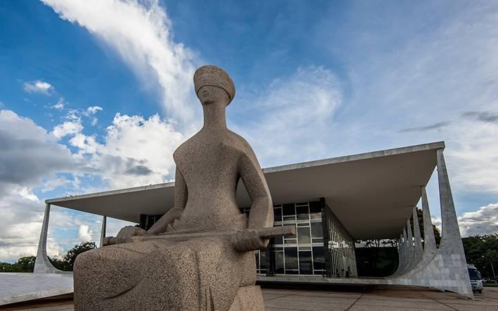 Estátua da Justiça cega, que fica em frente ao prédio do STF, na Praça dos Três Poderes.