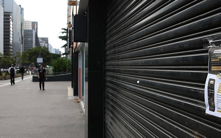 Porta de loja fechada.