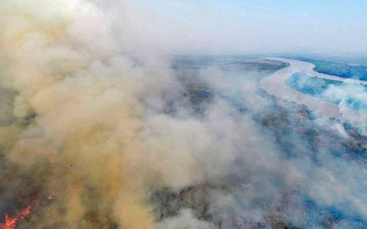 Imagem área de imenso foco de fumaça, mal é possível ver a vegetação do pantanal.