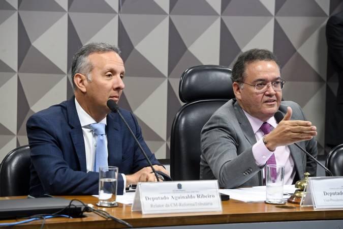 Relator da CM-ReformaTributária, deputado Aguinaldo Ribeiro (PP-PB);  presidente da CM-ReformaTributária, senador Roberto Rocha (PSDB-MA).  Foto: Marcos Oliveira/Agência Senado