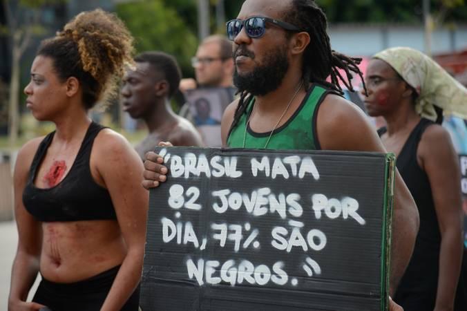 Pessoas negras protestando contra violência.