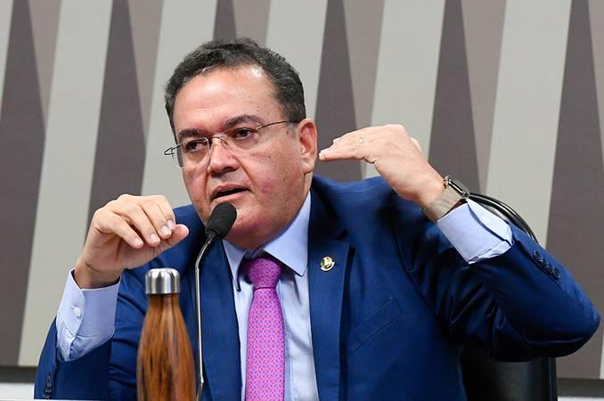 À mesa, em pronunciamento, relator da Reforma Tributária, senador Roberto Rocha (PSDB-MA).