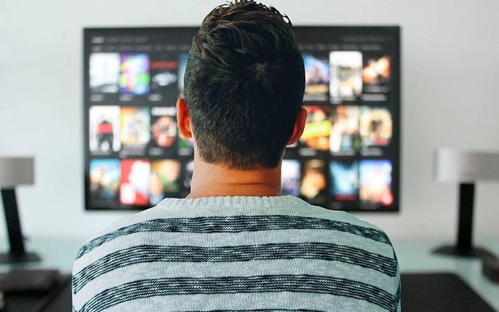 Pessoa assistindo tv.