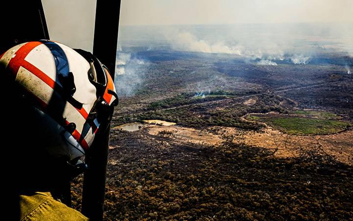 Sobrevoo em área devastada por queimadas no Pantanal.