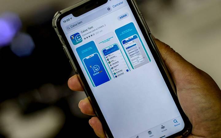 Celular aberto no aplicativo Caixa Tem, a poupança social digital.