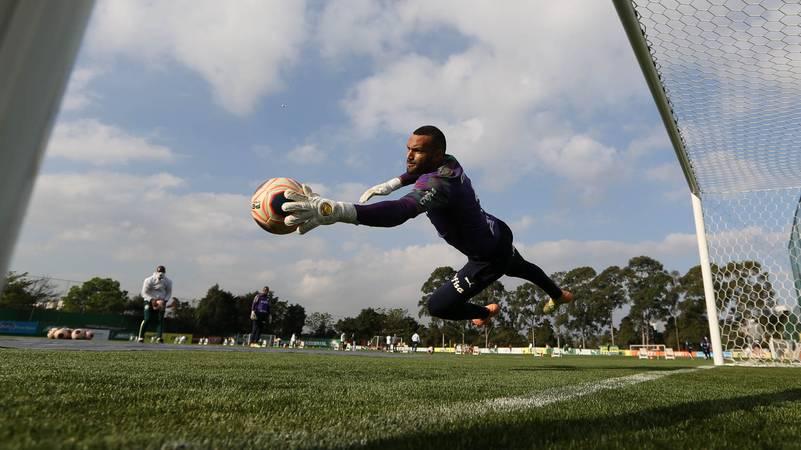 O goleiro Weverton, da SE Palmeiras, durante treinamento, na Academia de Futebol. (Foto: Cesar Greco)