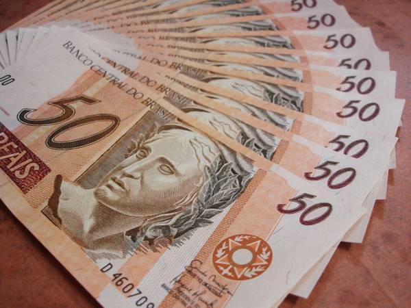 Notas de 50 reais.