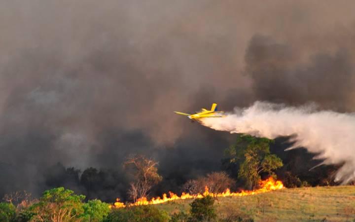 Avião apagando queimada.