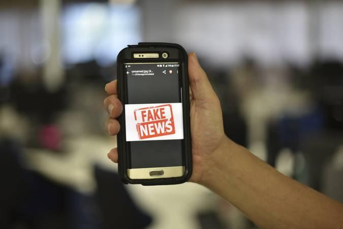 """Celular exibe imagem: """"Fake News""""."""
