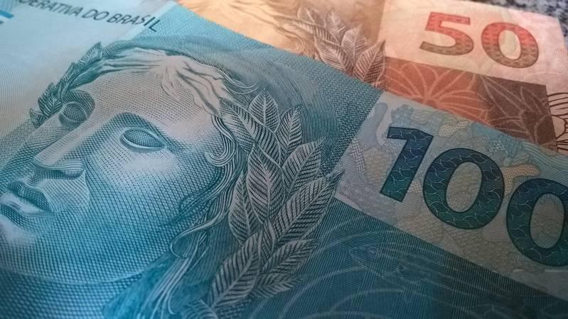 Nota de 100 e 50 reais.