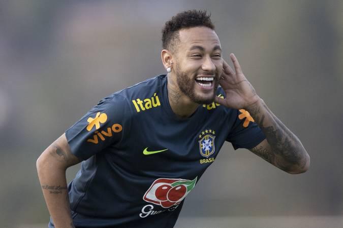 Neymar, com uniforme de treino da Seleção, sorrindo.