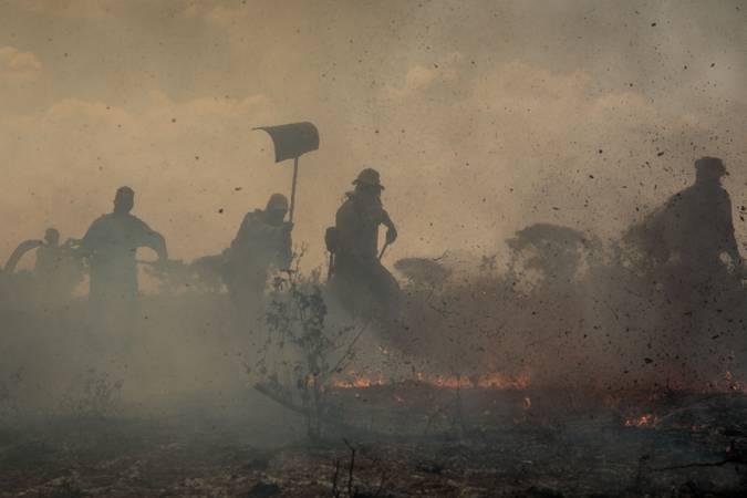 Bombeiros tentam apagar o fogo que consome o Pantanal.