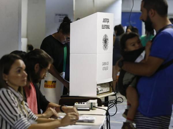 Pessoas votando.