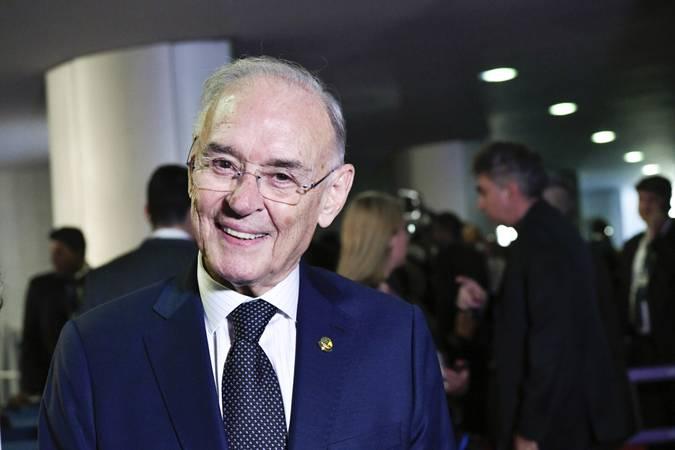 Senador Arolde de Oliveira (PSD-RJ).