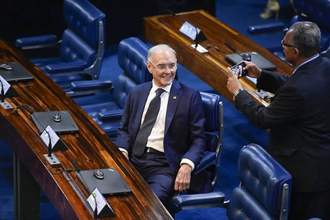 Em destaque, senador Arolde de Oliveira (PSD-RJ) posa para foto.  Foto: Marcos Oliveira/Agência Senado