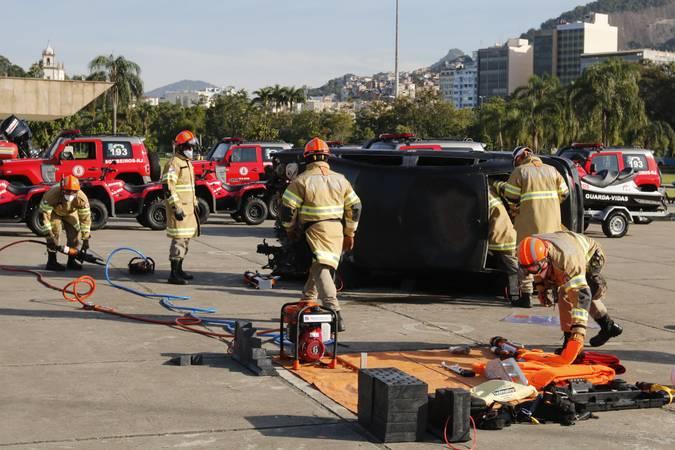 Corpo de Bombeiros faz simulado de resgate de vítima em acidente de trânsito.
