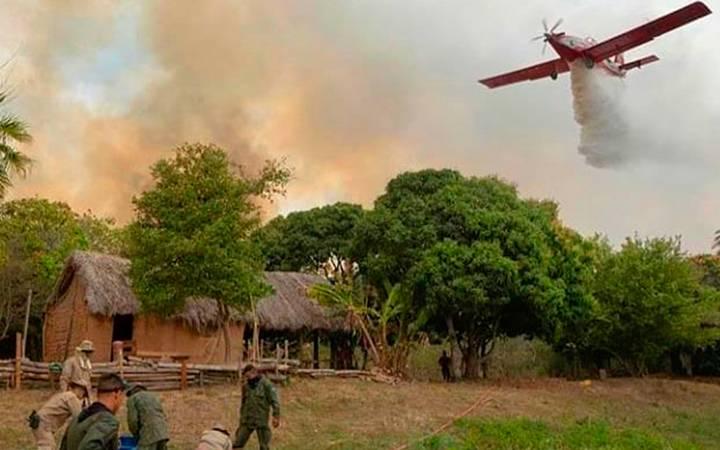 avião apagando incêndio no Pantanal.