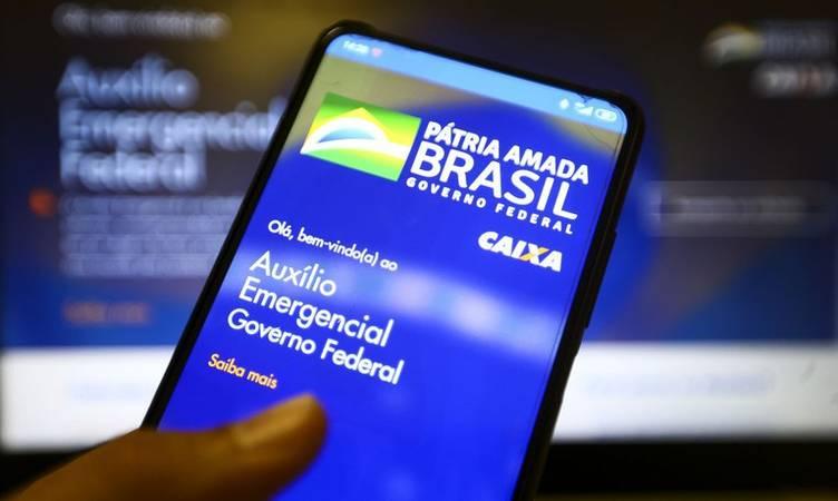 celular aberto no aplicativo do Auxílio Emergencial.