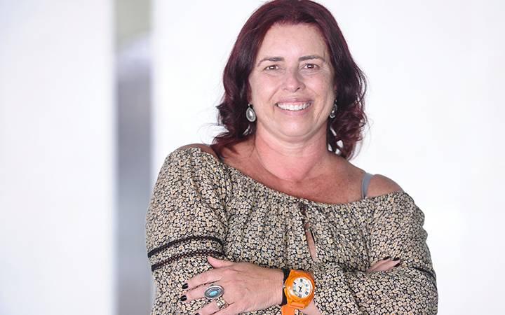 """Jornalista Larissa Bortoni, imagem de 2015, quando a profissional foi premiada com a reportagem """"Toda loucura será protegida?""""."""