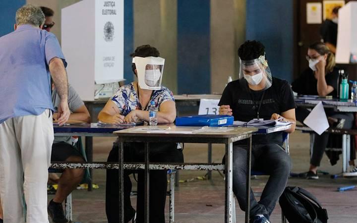 Movimentação de eleitores no CIEP do Humaíta, 4ª zona eleitoral no Rio de Janeiro.