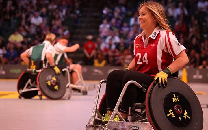 Atleta com deficiência em apresentação.