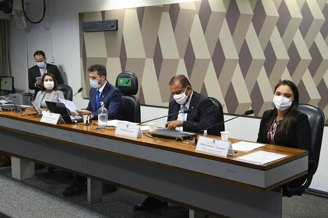 A Comissão de Infraestrutura (CI) realiza sessão semipresencial para analisar a indicação de autoridades à Agência Nacional de Transportes Aquaviários (Antaq), Agência Nacional de Telecomunicações (Anatel), Agência Nacional de Transportes Terrestres (ANTT) e Agência Nacional do Petróleo, Gás Natural e Biocombustíveis (ANP).   Mesa: indicada para o cargo de diretora da Agência Nacional de Transportes Aquaviários (Antaq), Flávia Morais Lopes Takafash; presidente da CI, senador Marcos Rogério (DEM-RO); presidente eventual da CI; senador Eduardo Gomes (MDB-TO); indicada para o cargo de diretora da Agência Nacional do Petróleo, Gás Natural e Biocombustíveis (ANP), Tabita Yaling Cheng Loureiro.  Foto: Jefferson Rudy/Agência Senado