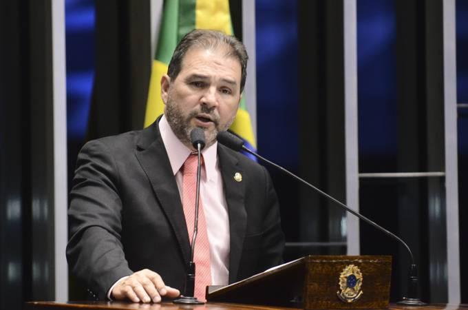 Plenário do Senado durante sessão deliberativa extraordinária.  Em discurso, senador Eduardo Lopes (PRB-RJ).  Foto: Ana Volpe/Agência Senado